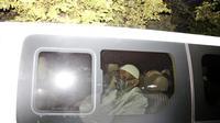 Abu Bakar Baasyir duduk di dalam sebuah van setelah dibebaskan dari Lapas Gunung Sindur, Kabupaten Bogor, Jawa Barat, Jumat (8/1/2021). Abu Bakar Baasyir telah menjalani vonis 15 tahun dikurangi remisi sebanyak 55 bulan. (AP Photo/Aditya Irawan)