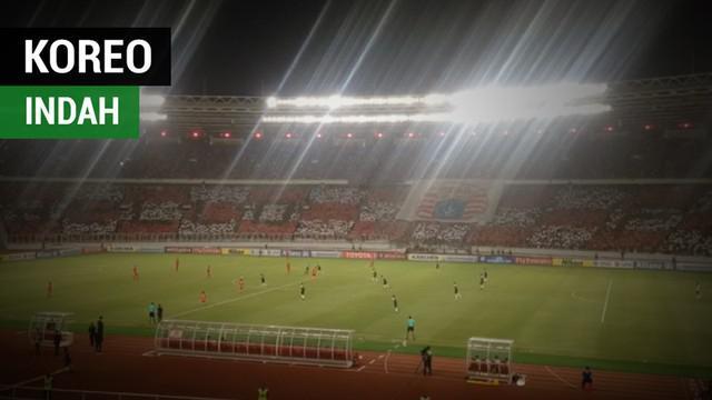 Berita video The Jak menunjukkan koreografi indah di tribun SUGBK (Stadion Utama Gelora Bung Karno) saat Persija Jakarta bertanding melawan Home United pada laga semifinal zona ASEAN Piala AFC 2018, Selasa (15/5/2018).