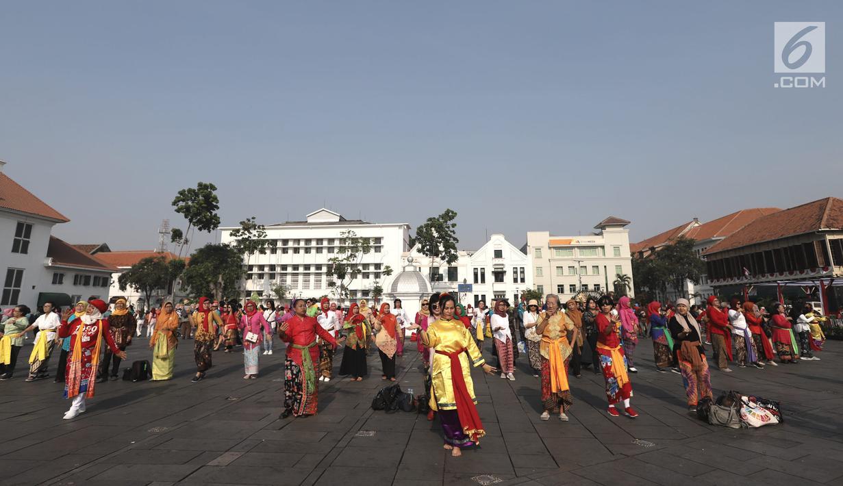 Masyarakat saat mengikuti flashmob Tari Cokek di kawasan Kota Tua, Jakarta, Minggu (18/8/2019). Kegiatan ini digelar dalam rangka memeriahkan perayaan HUT ke-74 Republik Indonesia sekaligus melestarikan tari asal Betawi tersebut. (merdeka.com/Iqbal S. Nugroho)