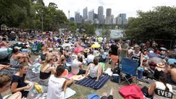Ribuan warga sudah menempati posisi untuk menonton kembang api jelang pergantian Tahun Baru di Sydney, Australia, (31/12/2016). Mereka sengaja membawa bantal dan tikar dari rumah. (REUTERS/Jason Reed)
