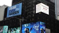 "Layar iklan di Times Square, New York, AS menampilkan jumlah kematian di kota tersebut. Layar iklan yang dipasang di Times Square itu disebut sebagai ""Jam Kematian Trump."" (Photo credit: (AFP Photo/TIMOTHY A. CLARY)"
