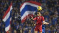 Striker Timnas Indonesia, Ferdinand Sinaga, memenangi duel dengan pemain Thailand, Teerasil Dangda, dalam laga leg kedua final Piala AFF 2016 di Stadion Rajamangala, Bangkok, Thailand, Sabtu (17/12/2016). (Bola.com/Vitalis Yogi Trisna)