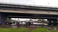 Sejumlah sepeda motor nekad menerjang banjir di bawah jembatan Tol Kaligawe yang menggenang hingga kedalaman lebih dari 60 cm. (foto: Liputan6.com/edhie prayitno ige)