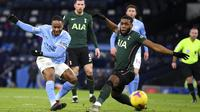Penyerang Manchester City, Raheem Sterling, melapaskan tendangan ke gawang Tottenham Hotspur pada laga Liga Inggris di Stadion Etihad, Sabtu (13/2/2021). City menang dengan skor 3-0. (Shaun Botterhill/Pool via AP)