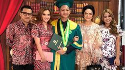 Potret kompak juga terlihat dari mantan pasangan musisi Anang Hermansyah dan Krisdayanti. Azriel diapit oleh dua ibunya serta Ayah dan kakaknya, Aurel usai wisuda SMA. (Instagram/azriel_hermansyah)
