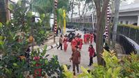 Intip keseruan emak-emak dengan pakaian khas Batak Karo menghadiri pesta adat Kahiyang-Bobby. (Liputan6.com/Aditya Eka Prawira)