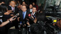 Mantan Menko Kemaritiman Rizal Ramli menjawab pertanyaan wartawan usai melaporkan dugaan korupsi impor pangan di Gedung KPK, Jakarta, Selasa (23/10). Rizal melaporkan delapan dugaan tindak pidana korupsi di sektor impor pangan. (Merdeka.com/Dwi Narwoko)
