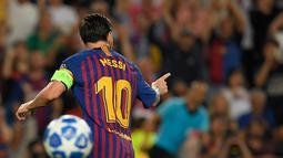 Penyerang Barcelona, Lionel Messi merayakan gol ke gawang PSV Eindhoven pada laga grup B Liga Champions di Camp Nou, Selasa (18/9). Dalam laga ini, Messi mencetak trigol dan hattrick ini menjadi catatan baru untuk dirinya . (AFP/ LLUIS GENE)