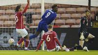 Tammy Abraham dari Chelsea, tengah, mencetak gol pembuka selama pertandingan sepak bola putaran kelima Piala FA Inggris antara Barnsley dan Chelsea di Stadion Oakwell di Barnsley, Inggris, Kamis 11 Februari 2021. (Foto AP / Dave Thompson, Pool)