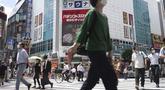 Orang-orang berjalan melintasi persimpangan dekat Stasiun Shimbashi di Tokyo, sehari setelah kasus corona COVID-19 tertinggi ditemukan di kota tuan rumah Olimpiade, Kamis (29/7/2021). (AP/Kntaro Komiya)