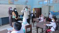 Wawako Palembang Fitrianti Agustinda, saat mengunjungi SDN 72 Palembang Sumsel (Dok. Kominfo Palembang / Nefri Inge)