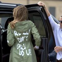 Melania Trump mengenakan sebuah mantel yang dianggap kontroversia (AP?Andrew Harnik)
