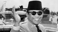 Presiden Republik Indonesia Achmed Sukarno melambai saat tiba di Washington DC untuk kunjungan resmi,17 Mei 1956. Sukarno adalah presiden pertama Indonesia yang diberi kemerdekaan pada tahun 1945. (AFP PHOTO / INTERNATIONAL NEWS FOTO / DOUG CHEVALIER)