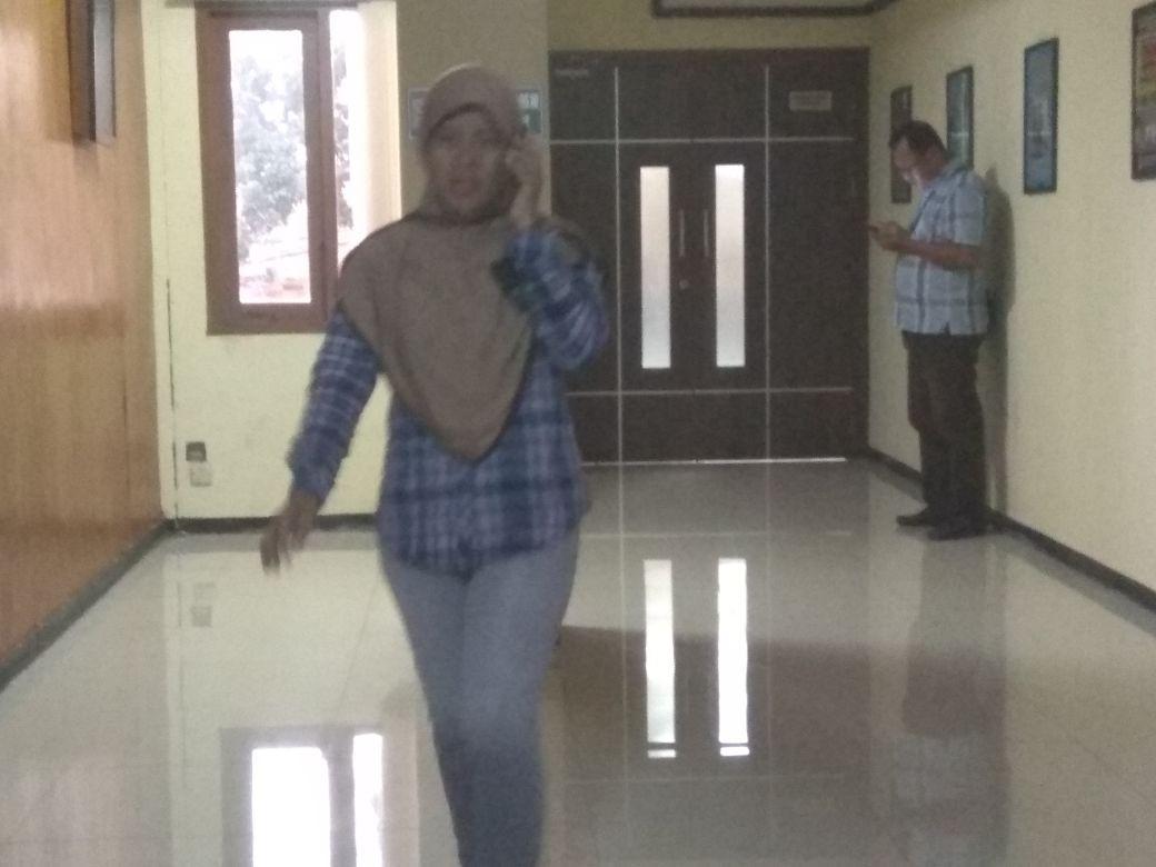 Darsini, ibu dari Anin yang dikeluarkan dengan tuduhan perisakan terhadap adik kelas. (foto: Liputan6.com / edhie)