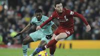 Bek Liverpool, Andrew Robertson, berusaha melewati gelandang Arsenal, Ainsley Maitland-Niles, pada laga Premier League di Stadion Anfield, Liverpool, Sabtu (29/12). Liverpool menang 5-1 atas Arsenal. (AP/Rui Veira)