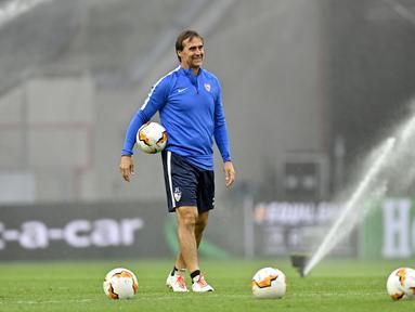 Pelatih Sevilla Julen Lopetegui saat sesi latihan di Cologne, Jerman, Kamis (20/8/2020). Sevilla akan menghadapi Inter Milan di final Liga Europa. (AP Photo/Martin Meissner)