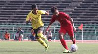 Gelandang Timnas Indonesia U-22, Osvaldo Haay, menggiring bola saat melawan Malaysia U-22 pada laga Piala AFF U-22 2019 di Stadion National Olympic, Phnom Penh, Selasa (20/2). Kedua negara bermain imbang 2-2. (Bola.com/Zulfirdaus Harahap)