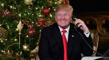Jadi Sinterklas, Donald Trump dan Istri Sibuk Dengarkan Permintaan Anak-Anak