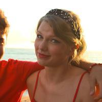 Saat Justin Bieber tampil di iHeartRadio tahun 2016, Taylor Swift tertangkap sedang minum dan melihat ke arah lain seakan tak peduli. (Aussie Gossip)