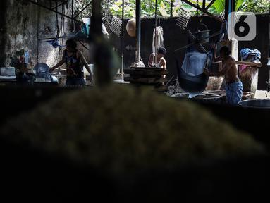 Pekerja menyelesaikan pembuatan tahu di salah satu sentra produksi tahu di Jakarta, Selasa (25/5/2021). Berdasarkan tren harga yang dikutip dari Chicago Board of Trade (CBOT), harga kedelai dunia masih mengalami kenaikan. (Liputan6.com/Johan Tallo)