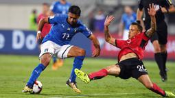 Striker Italia, Eder, berusaha melewati gelandang Albania, Ergys Kace, pada laga kualifikasi Piala Dunia 2018 di Stadion Loro Borici, Senin (9/20/2017). Italia menang 1-0 atas Albania. (AFP/Dimitar Dilkoff)