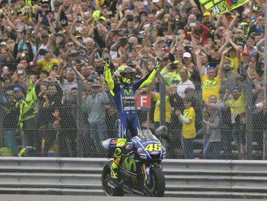 Pebalap legendaris asal Italia, Valentino Rossi, resmi memutuskan akan pensiun dari MotoGP pada akhir musim 2021. (Foto: AP/Geert Vanden Wijngaert)