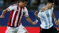 Victor Caceres (kiri) dari Paraguay menghentikan laju Lionel Messi dengan menarik bajunya di Copa America 2015, Cile. (REUTERS/Marcos Brindicci)