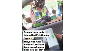 Bripka Arief Setiawan menjual koran di Gemblegan, Serengan, Solo, pada Kamis (5/8/2021) sore. (istimewa/tangkapan layar @energi solo)