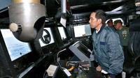 Presiden Joko Widodo (Jokowi) saat berada di dalam kapal perang KRI Imam Bonjol 383 di perairan Natuna, Kepulauan Riau, Kamis (23/6). Jokowi mengadakan rapat terbatas tentang Natuna di atas kapal perang tersebut (Foto: Setpres)