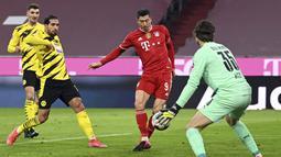 Bayern sukses memperkecil ketertinggalan di menit 26 lewat sontekan Lewandowski ke gawang Hitz. Satu menit sebelum waktu normal berakhir, Lewandowski kembali menjebol gawang Hitz melalui titik penalti. (Foto: AP/Pool/Sven Hoppe)