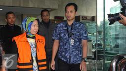 Atty Suharti Tochija berjalan usai menjalani pemeriksaan di Gedung KPK, Jakarta, Rabu (28/12). Atty diperiksa sebagai saksi terkait kasus dugaan korupsi pembangunan Pasar Atas Baru Cimahi tahap II tahun 2017. (Liputan6.com/Helmi Affandi)
