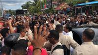 Presiden Joko Widodo atau Jokowi membagi-bagikan kaus kepada warga di Labuan Bajo, NTT. (Liputan6.com/ Lizsa Egeham)