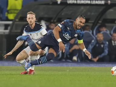Gelandang Lazio, Manuel Lazzari berebut bola dengan gelandang Olympique Marseille, Dimitri Payet pada matchday kedua Grup E Liga Europa 2021 di Stadion Olimpico Roma, Kamis (21/10/2021) malam WIB. Lazio hanya mampu bermain imbang 0-0 kala menjamu Marseille. (AP Photo/Gregorio Borgia)
