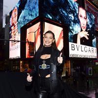 Bella Hadid seringkali disebut miliki muka jutek. Namun ternyata, adik dari Gigi Hadid ini miliki wajah yang lebih menggemaskan saat tertawa. (instagram/bellahadid)