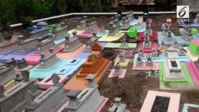 Sebuah tempat pemakaman umum di Jawa Tengah, disulap dengan cat warna-warni agar tidak bernuansa seram.