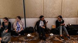 Sejumlah model duduk santai sambil berdandan di ruang make up sebelum pagelaran busana karya desainer Fetty Rusli di Hotel Mulia Senayan Jumat (26/02). Busana pengantin tunggal untuk ke 5 kalinya ini digelar sejak tahun 2011. (Liputan6.com/Fery Pradolo)