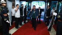 Presiden Filipina Rodrigo Duterte (tengah) memberikan penghormatan saat tiba di Istana Presiden Malacanang, Manila, Kamis (12/3/2020). Filipina mengumumkan lockdown untuk Kota Manila demi mencegah penyebaran virus corona COVID-19. (Simeon Celi Jr./Divisi Fotografer Presidensial Malacanang via AP)