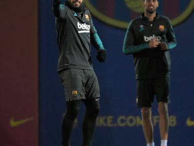 Pemain Barcelona Luis Suarez (tengah) bersama rekan-rekannya berlatih jelang menghadapi Borussia Dortmund pada pertandingan Grup F Liga Champions di Sant Joan Despi, Spanyol, Selasa (26/11/2019). Barcelona mengincar kemenangan demi memastikan tiket 16 besar lebih awal. (LLUIS GENE/AFP)