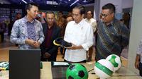 Presiden Jokowi Bersama Azrul Ananda melihat-lihat AZA 5 (Dok DBL)