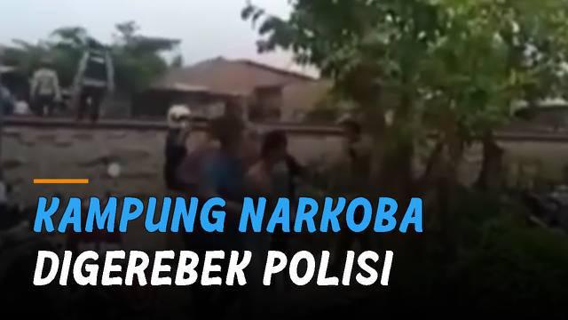 Polisi dilempari batu saat menggerebek kampung narkoba. Kejadian itu terjadi di Jalan Pasar 7 pinggiran rel KA Tembung.