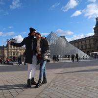 Coba lihat, romantis banget kan Al dengan pacarnya? Di foto ini keduanya kompak memakai jaket berwarna hitam, dan terlihat Al dengan tulusnya mencium kepala sang kekasih. (Instagram/alghazali7)