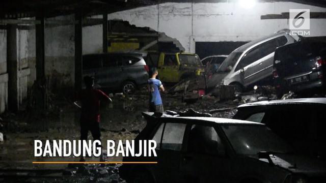 Usai banjir bandang yang melanda kawasan Cicaheum Kota Bandung, menyisakan lumpur dan sampah serta sejumlah barang warga.