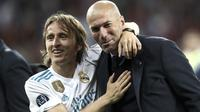 Ekspresi bahagia Zinedine Zidane dan Luka Modric saat meraih trofi Liga Champions 2018 di Olympic Stadium, Kiev, Ukraina, (26/5/2018). Zinedine mundur sebagai pelatih Madrid 31 Mei 2018. (AFP/Update Images Press/Isabella Bonotto)