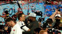 Tampa Bay Buccaneers keluar sebagai juara Super Bowl LV setelah mengalahkan Kansas City dengan skor 31-9. Dalam duel ini, pemain veteran Tampa Bay, Tom Brady juga berhasil meraih gelar MVP kelima sepanjang kariernya. (Mike Ehrmann/AFP)