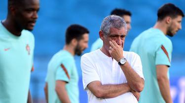 Pelatih Fernando Santos telah merilis daftar nama pemain yang akan memperkuat Timnas Portugal pada Kualifikasi Piala Dunia 2022. Mengejutkannya, ada beberapa pemain top yang tidak masuk ke dalam rencananya tersebut. Berikut ulasannya. (AFP/Lluis Gene)