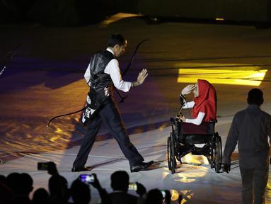 Presiden Indonesia, Joko Widodo, bersama penyandang disabilitas saat pembukaan Asian Para Games di SUGBK, Jakarta, Sabtu (06/10/2018). Acara tersebut dimeriahkan dengan aksi para penyandang disabilitas. (Bola.com/M Iqbal Ichsan)
