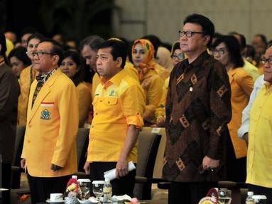 Mendagri Tjahjo Kumolo (kedua kanan) bersama Ketua Dewan Pembina Partai Golkar Aburizal Bakrie (kanan) dan Agung Laksono (kiri), Akbar Tandjung (kedua kiri), Ketum Partai Golkar terpilih Setya Novanto  di Nusa Dua, Bali (16/5).(Liputan6.com/Johan Tallo)