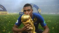Pemain depan Prancis, Kylian Mbappe mencium trofi Piala Dunia usai laga final Piala Dunia antara Prancis dan Kroasia di Stadion Luzhniki, Moskow, Rusia, 15 Juli 2018. Mbappe masuk dalam kandidat pemain terbaik FIFA 2018. (AFP FOTO/FRANCK FIFE)