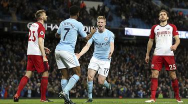 Pemain Manchester City, Kevin De Bruyne (kanan)  dan Raheem Sterling merayakan gol saat melawan West Bromwich Albion pada lanjutan Premier League di The Etihad Stadium, Manchester, (31/1/2018). Manchester City menang 3-0. (Martin Rickett/PA via AP)