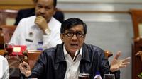 Menkumham Yasonna Laoly memberikan paparan dalam rapat kerja bersama Komisi III, di Gedung DPR RI, Senayan, Jakarta, Rabu (7/9). Dalam rapat itu, Yasonna dicecar anggota Komisi III terkait kewarganegaraan Arcandra Tahar. (Liputan6.com/Johan Tallo)